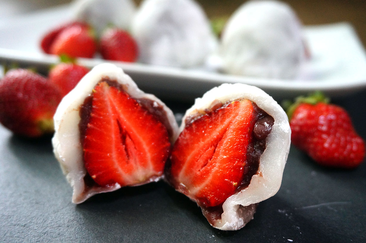 Japanese Microwave Cake Recipe: Strawberry Mochi – Ichigo Daifuku
